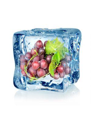 Foto behang Ijsblokje met blauwe druif